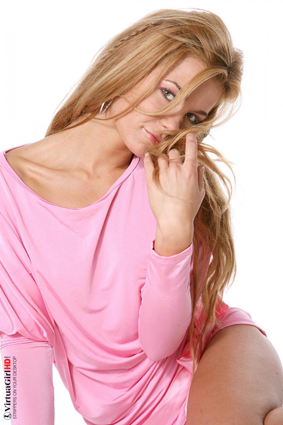 Похотливая блондинка Sandra H делает все возможное, чтобы совратить вас своим обнаженным телом