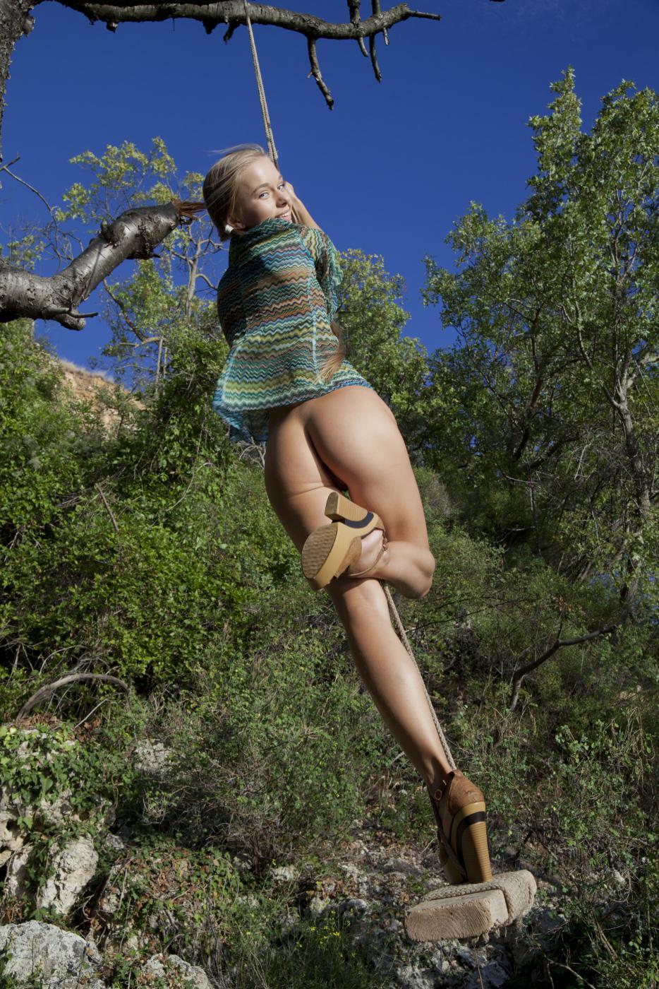 Самая милая блондинка на свете, Milena D снимает одежду в лесу и показывает бритую киску
