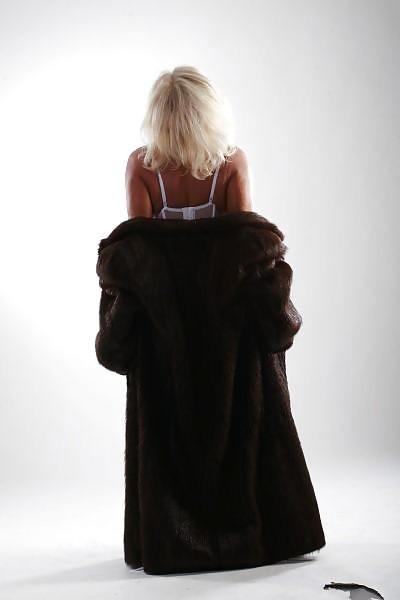 Шикарная белокурая матюра с большой грудью позирует в нижнем белье