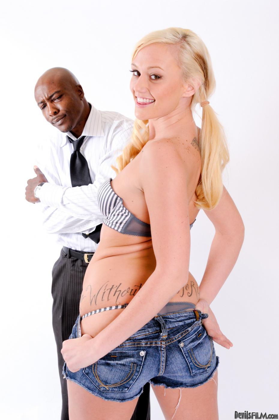 Соблазнительная блондинка Molly Rae дразнит невероятной попкой в джинсовых шортиках