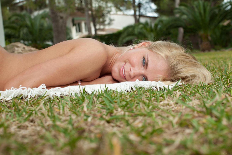 Соблазнительная милашка-блондинка Tracy Gold в парке, показывая бритую киску между длинных ножек