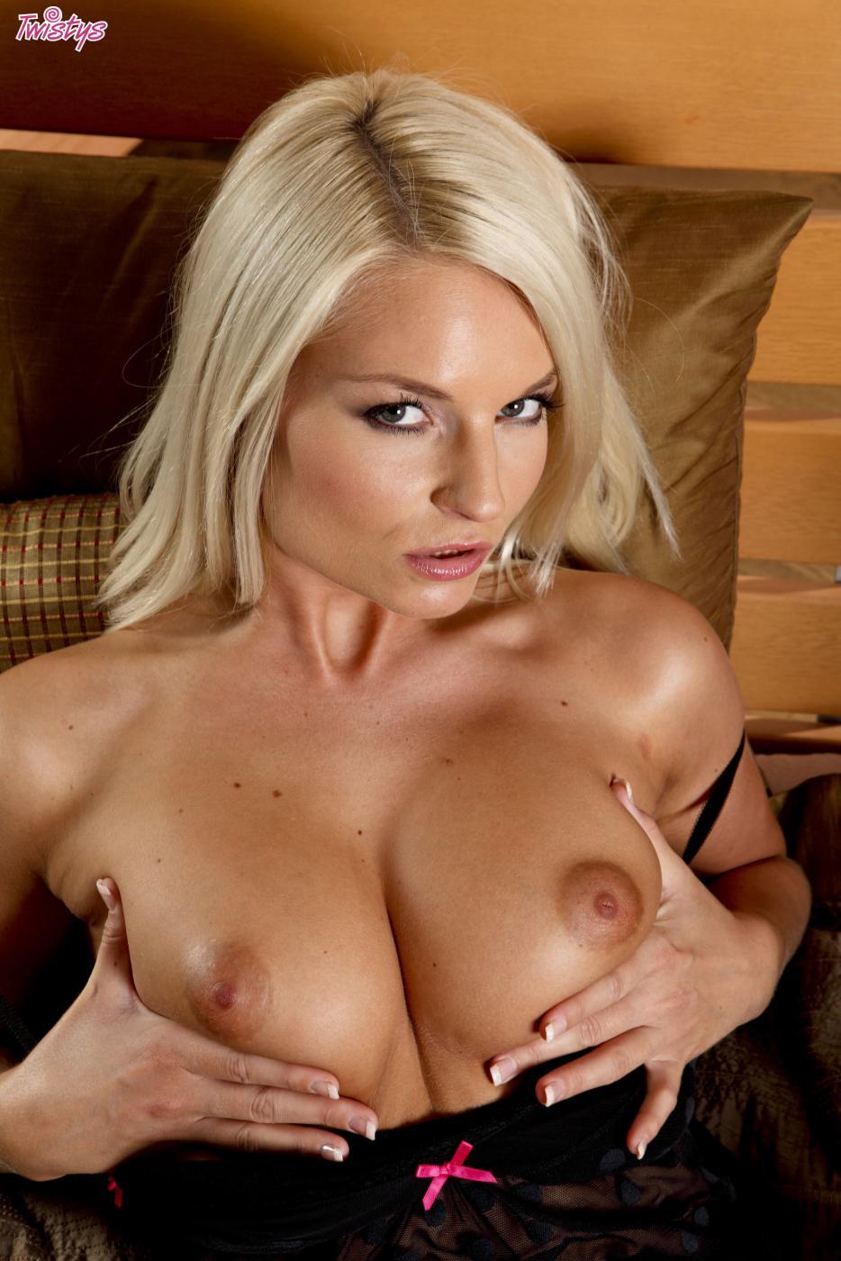 Возбужденная блондинка в белье Jessie Jazz страстно трахает свою киску самотыком