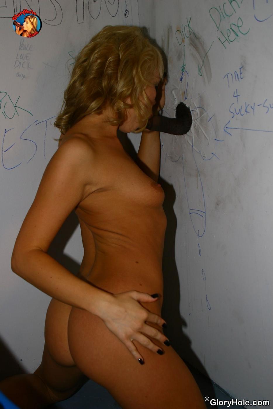 Загорелая блондинка Maya Hills увлажнила большой черный хуй в веселой дырочке свои маленьким ртом