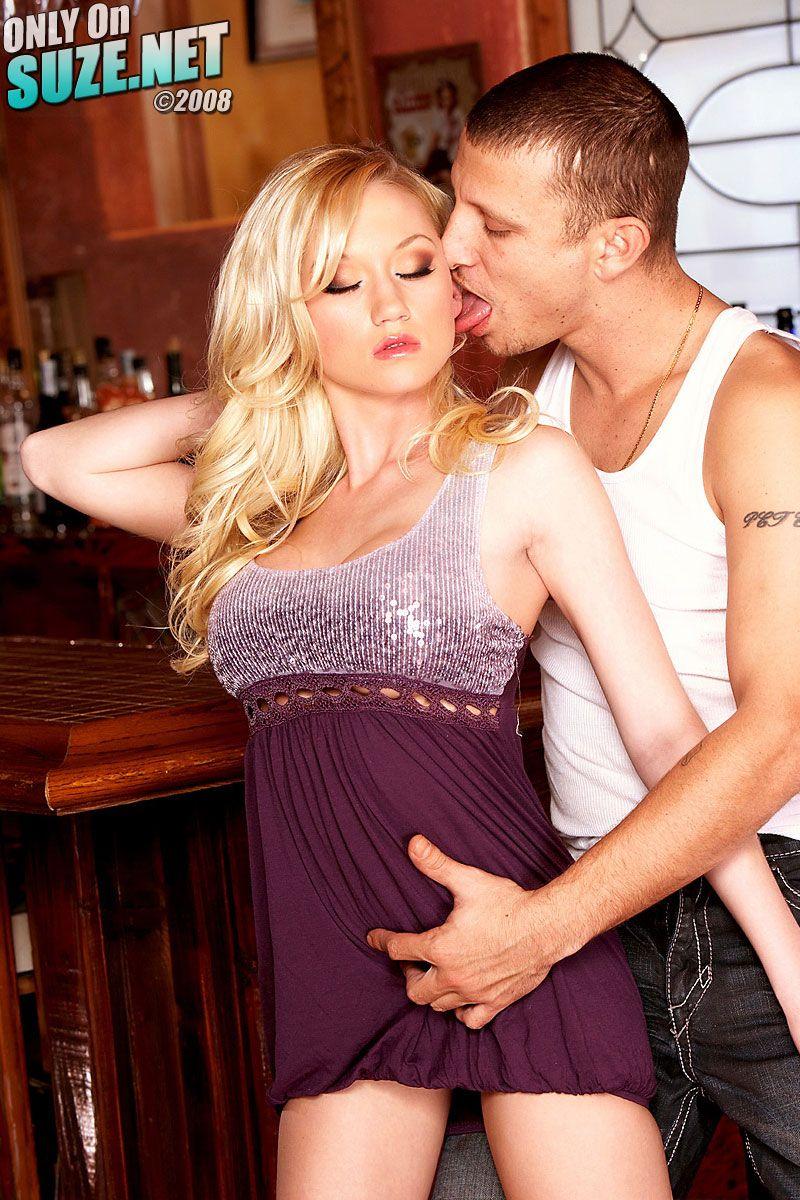 Завораживающая блондинка Madison Scott снимает короткое платье и дает полапать свою круглую грудь у барной стойки