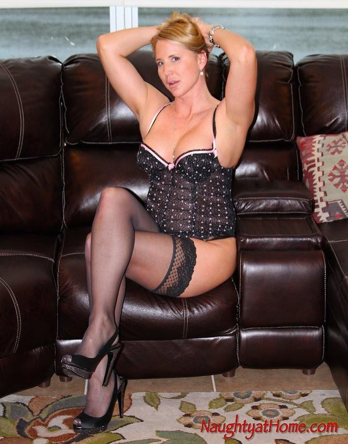 Зрелая женщина показывает свое тело, поражая сексуальностью и хорошей фигурой – она умеет выглядеть соблазнительно