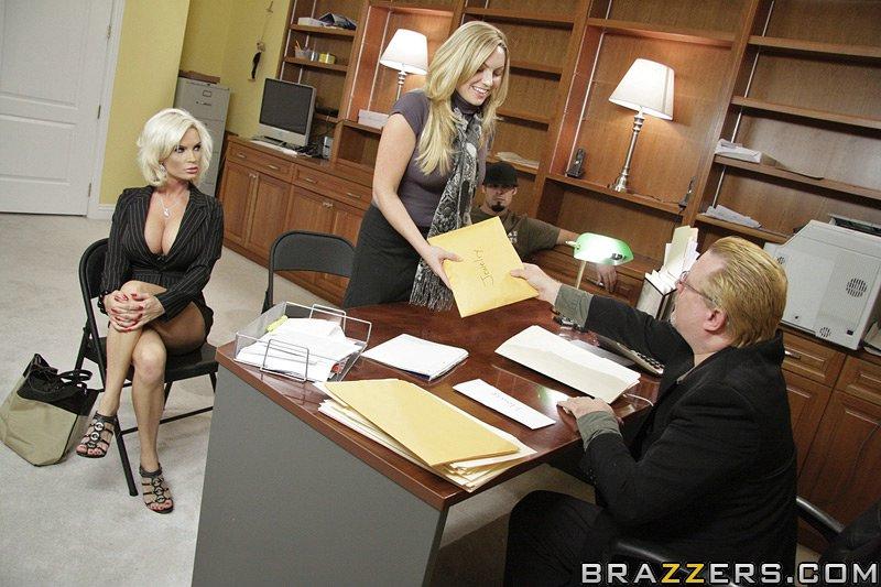 Diamond Foxxx сосет и трахается с качком в офисе