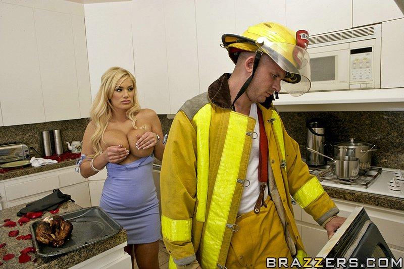 Shyla Stylez послала ухажера и трахается с пожарником на кухне
