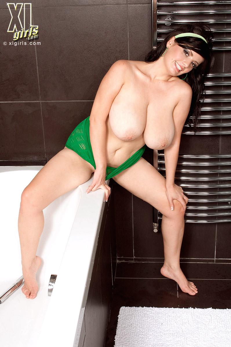 Арианна Синн показывает свои сексуальные формы