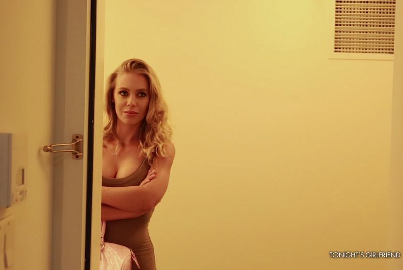 Большой член долбит сисястую Nicole Aniston в рот и в киску