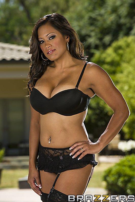 Грудастая азиатская мамаша Maxine X оделась в кружевные чулочки для грязного жесткого развлечения
