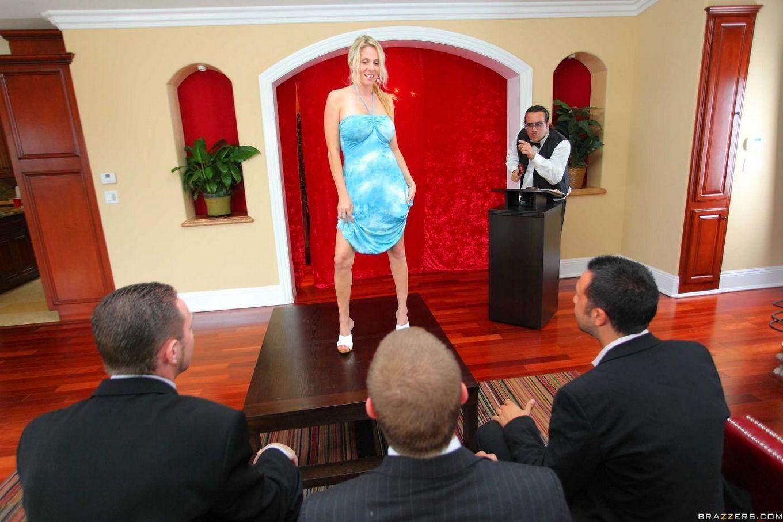 Грудастая мамочка-модель Rhyse Richards пробует несколько разных платьев, а потом хорошенько трахается
