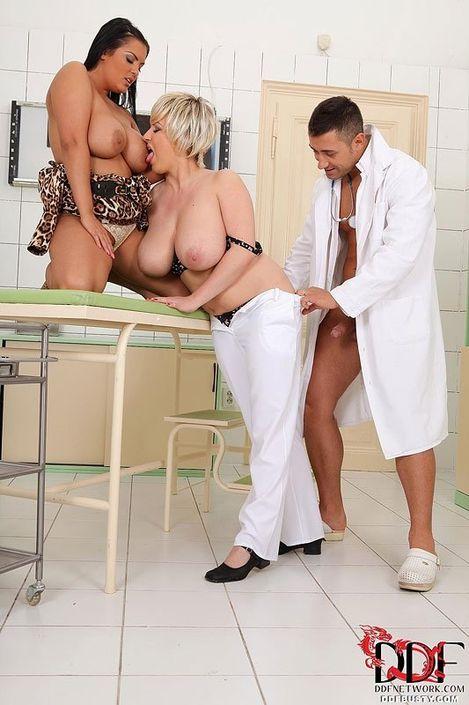 Грудастая медсестра вместе с подружкой ебутся с молодым врачом