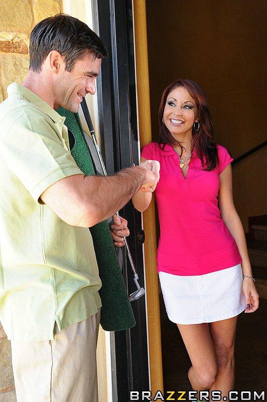 Грудастая Monique Alexander снимает розовую блузку и белую юбку чтобы потрахаться голой