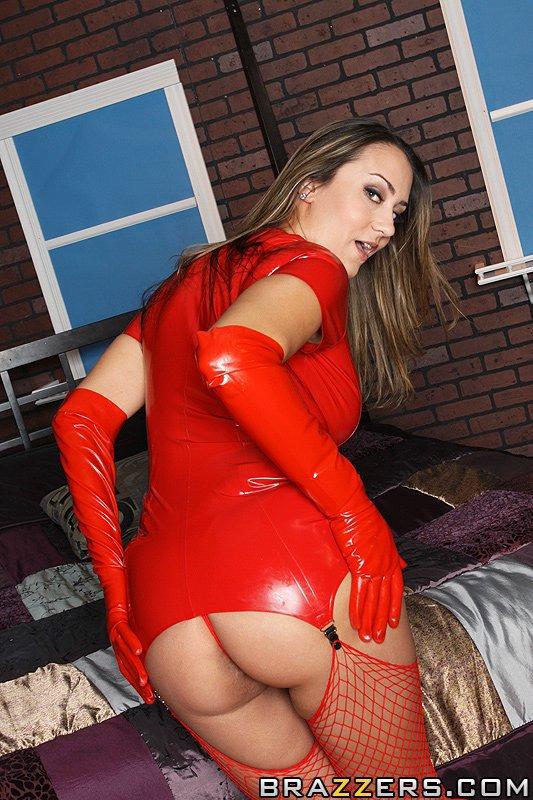 Грудастая Trina Michaels расстегивает свое обтягивающее платье из красного латекса и дает толстому члену трахнуть себя в попку