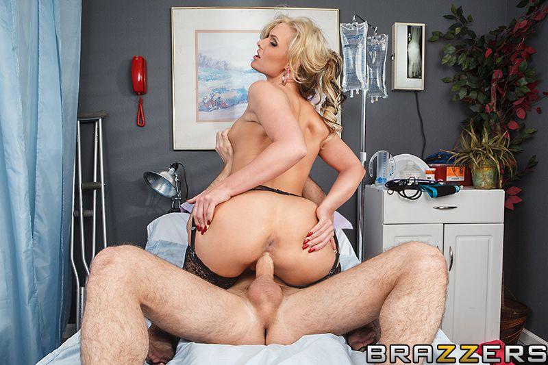 Грудастые врачихи вроде Phoenix Marie всегда готовы к грубому сексу