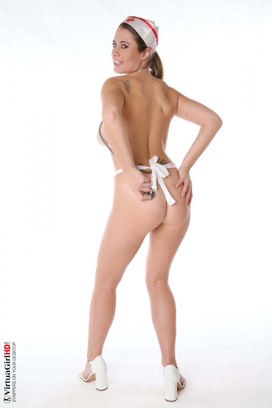 Медсестра с большими сиськами Elya Virtuagirl снимает халатик и позирует абсолютно обнаженной