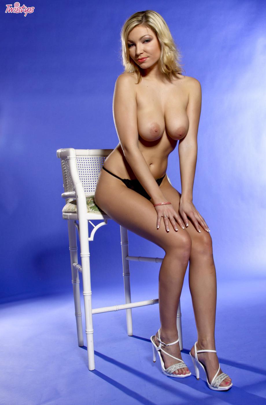 Развратная блондинка с большими сиськами Karolina King готова показать свои сексуальные трусики