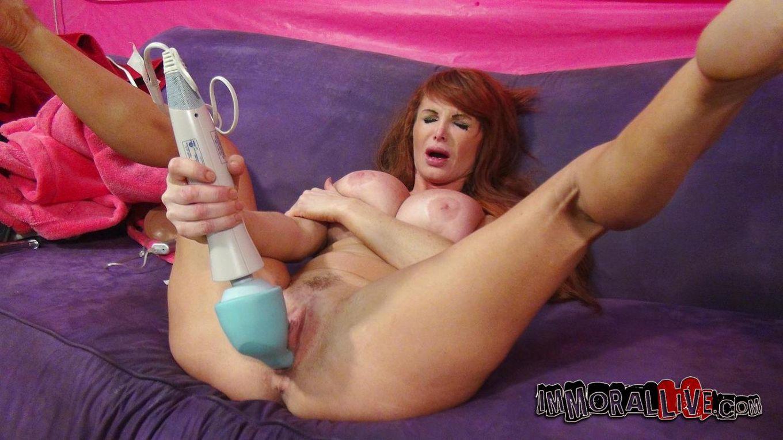 Развратная зрелая сучка с большими сиськами Taylor Wayne наслаждается игрушкой и твердой плотью парня в своей киске