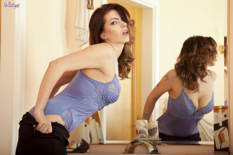 Сексуальная брюнетка Yasmin Fields показывает большие сиськи и киску