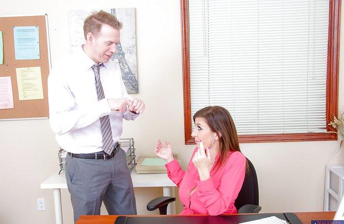 Сотрудники в возрасте ебутся прямо на работе