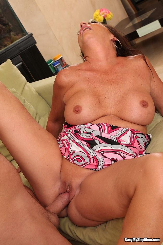 Зрелая брюнетка с большой грудью занимается сексом в любимых позах