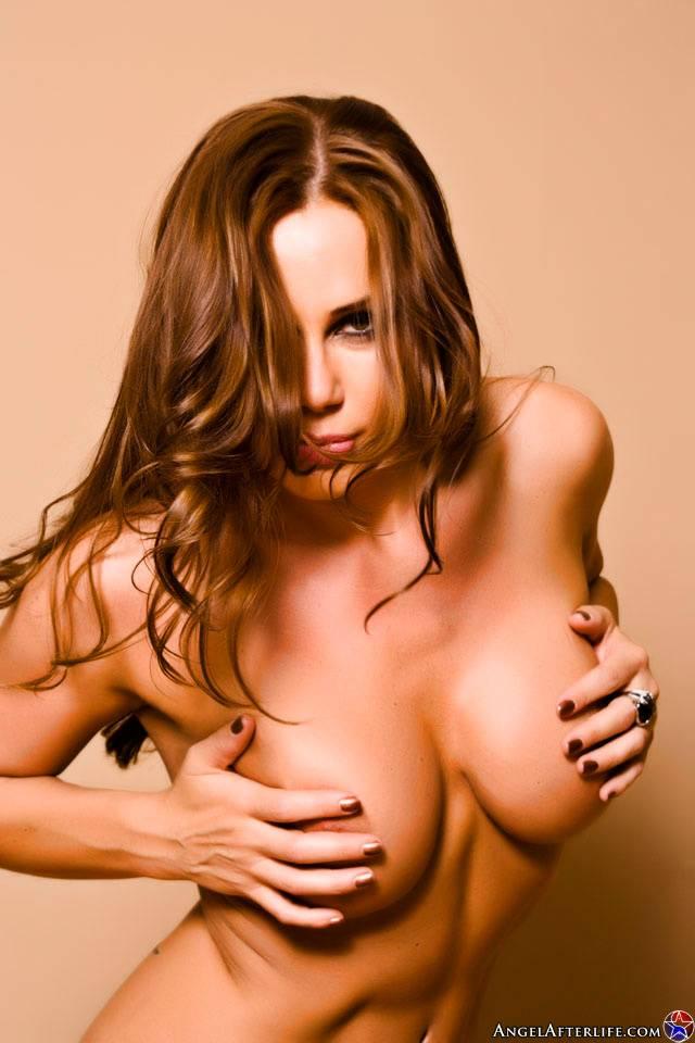 Зрелая сучка с большими сиськами Sky Taylor показывает татушку на спине и красивую щелку киски