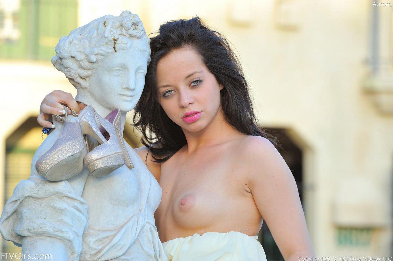 Бесстыжая брюнетка Aurora Monroe дает полный доступ к обнаженной груди и киске на природе