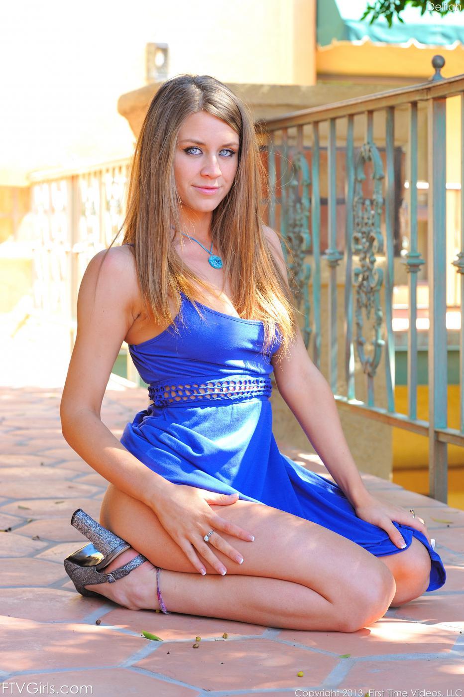 Брюнетка Delilah Blue снимает платье и показывает свое тело все более обнаженным