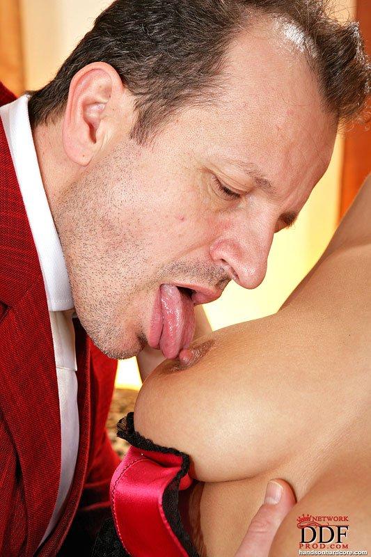 Брюнетка-европейка со своей грудью Roxy Taggart наслаждается анальным сексом с большим членом