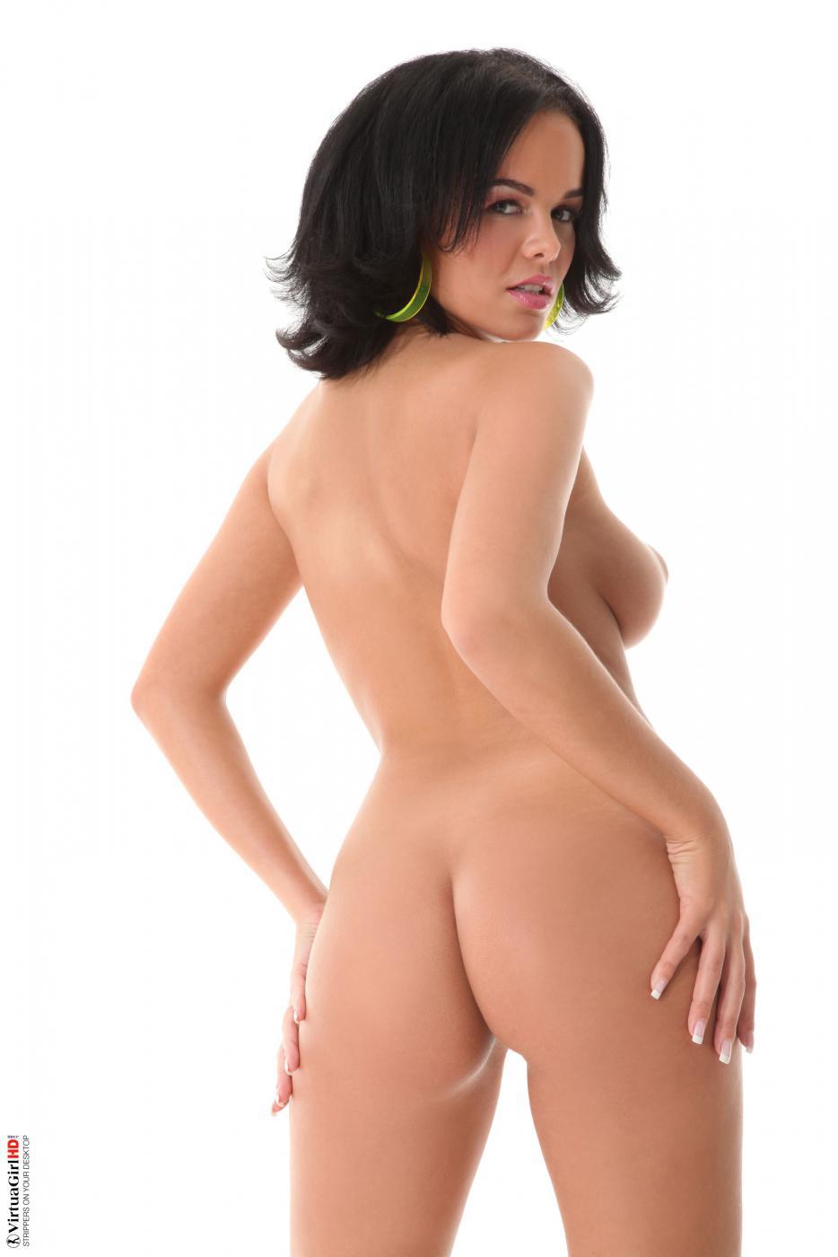 Брюнетка Linet Slag открывает вид на свою стриженную киску и большую грудь