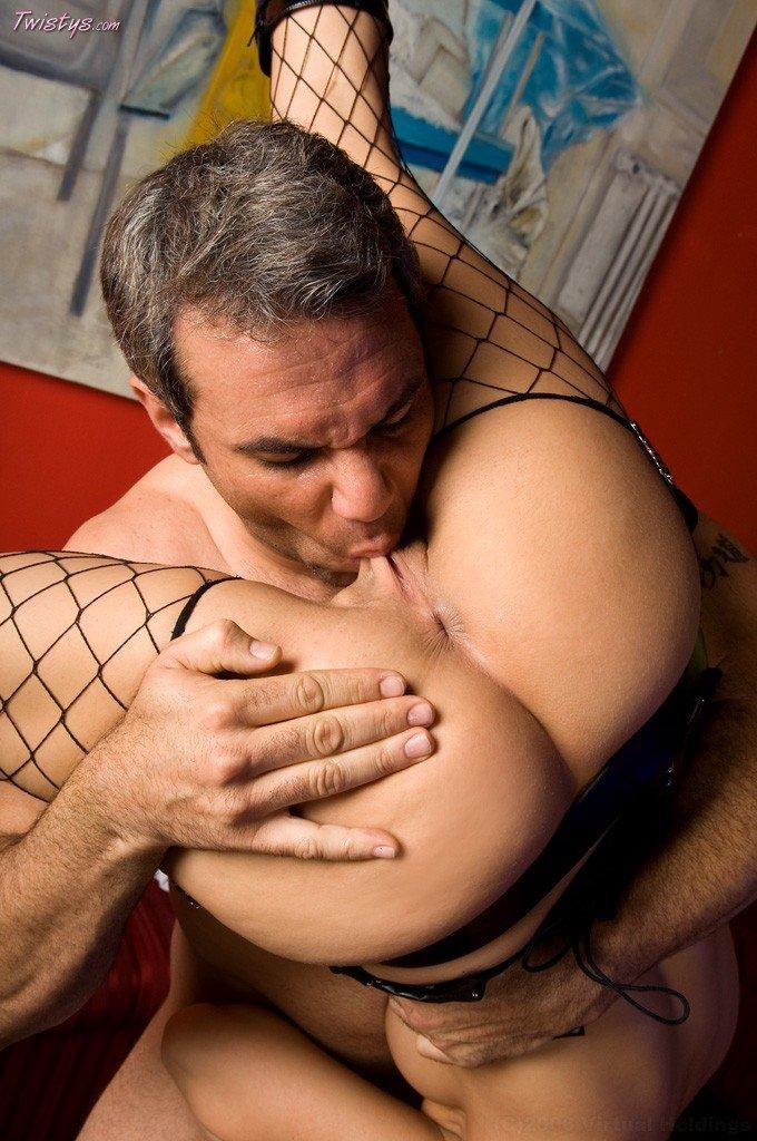 Брюнетка Roxy DeVille занимается диким оральным и вагинальным сексом в самых экстремальных позах