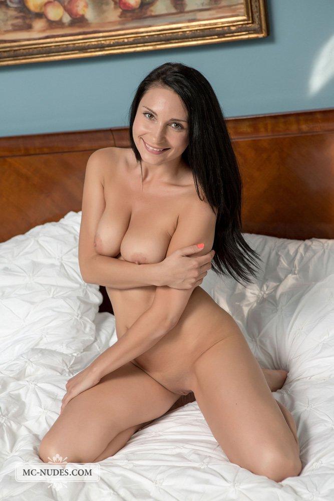 Брюнетка с безупречным телом Kat Mcnudes позирует обнаженной на кровати в этой эротической галерее