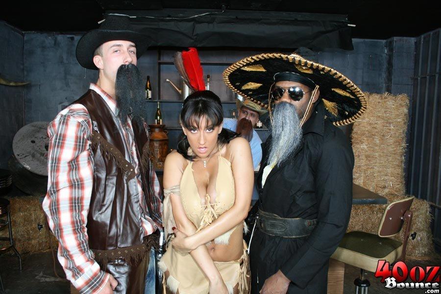 Брюнетка с сочной попой Ricki White занимается диким сексом с ковбоем с большим членом
