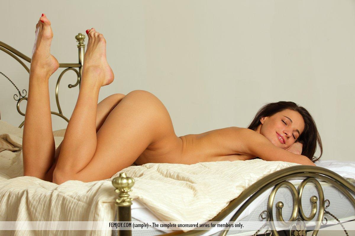Брюнетка-сексбомба Milla Yul показывает бритую аппетитную киску на этих эротических кадрах