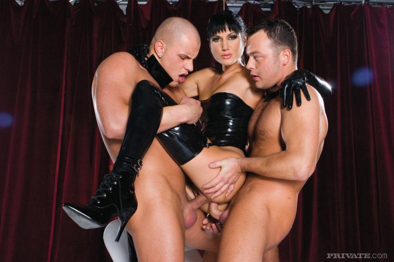 Длинноногая брюнетка в супер сексуальном латексном костюме Sarah Twain  трахается с тремя членами сразу