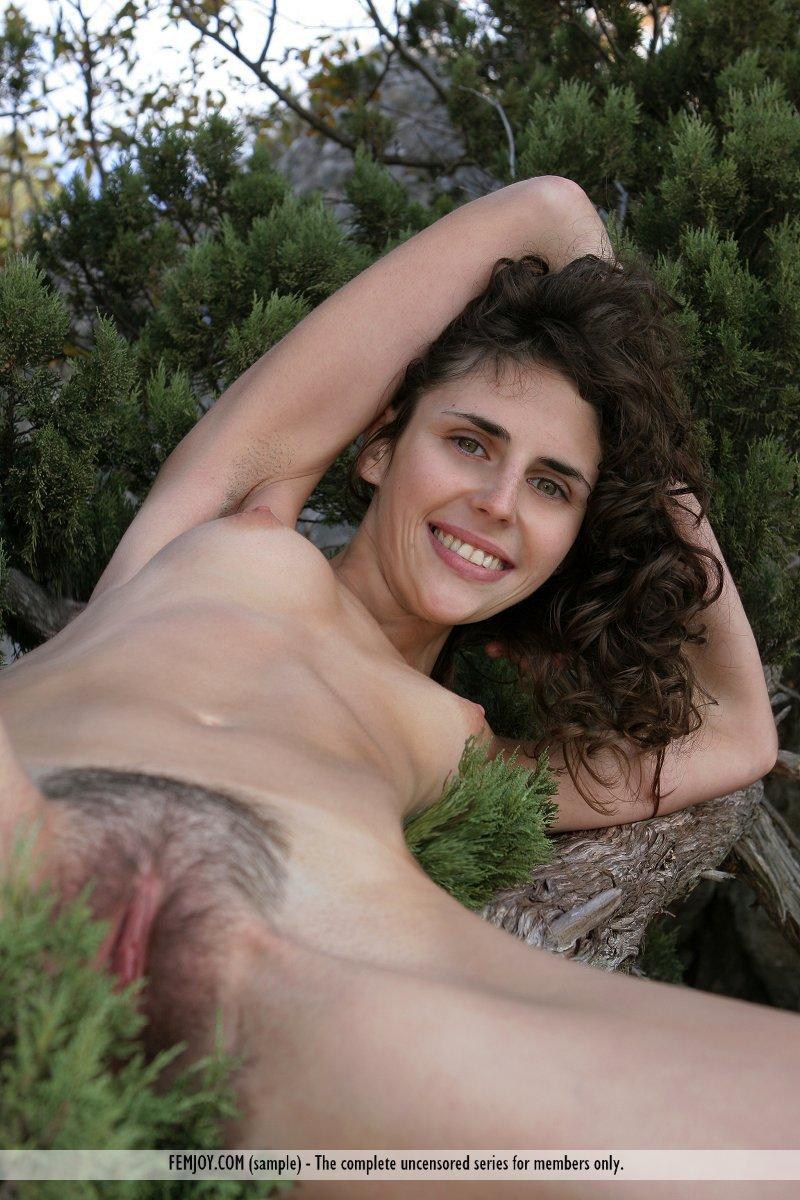 Грязная брюнетка Sambella Femjoy с волосатой киской показывает свою натуральную красоту на природе
