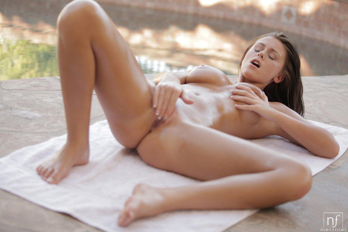 Грудастая красотка-брюнетка Whitney Westgate позирует обнаженной и показывает самое знойное тело во вселенной