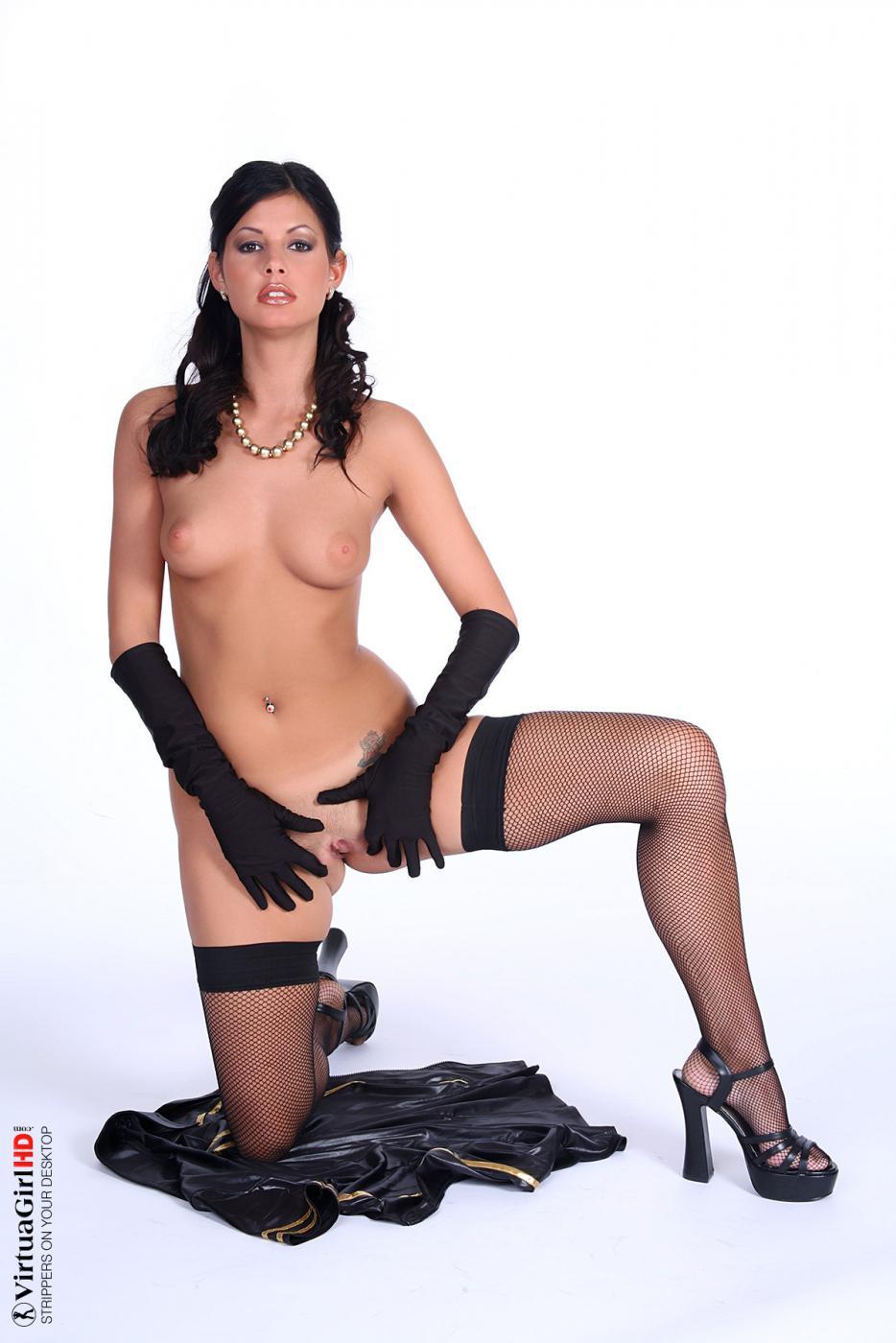 Извращенная брюнетка Lucie Theodorova трясет грудью и показывает киску