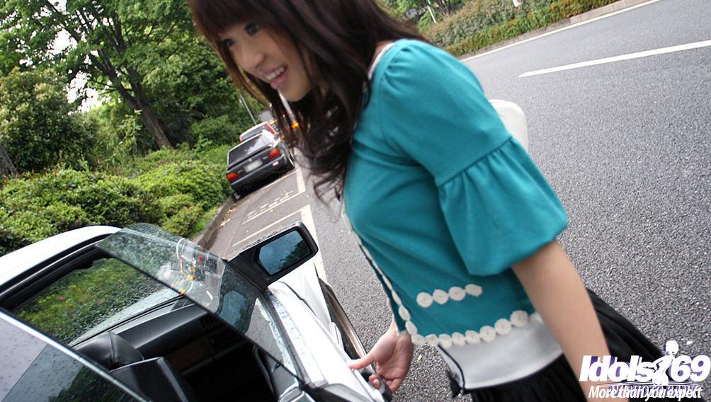 Молодая азиатка показывает красивые титьки с твердыми сосками и упругую попку