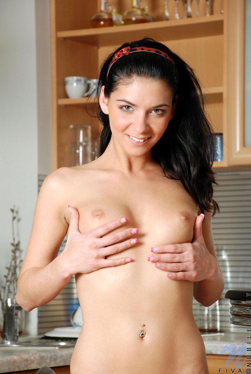 Молодая брюнетка с бритой киской Mila Dark раздевается на кухне и сосет дилдо