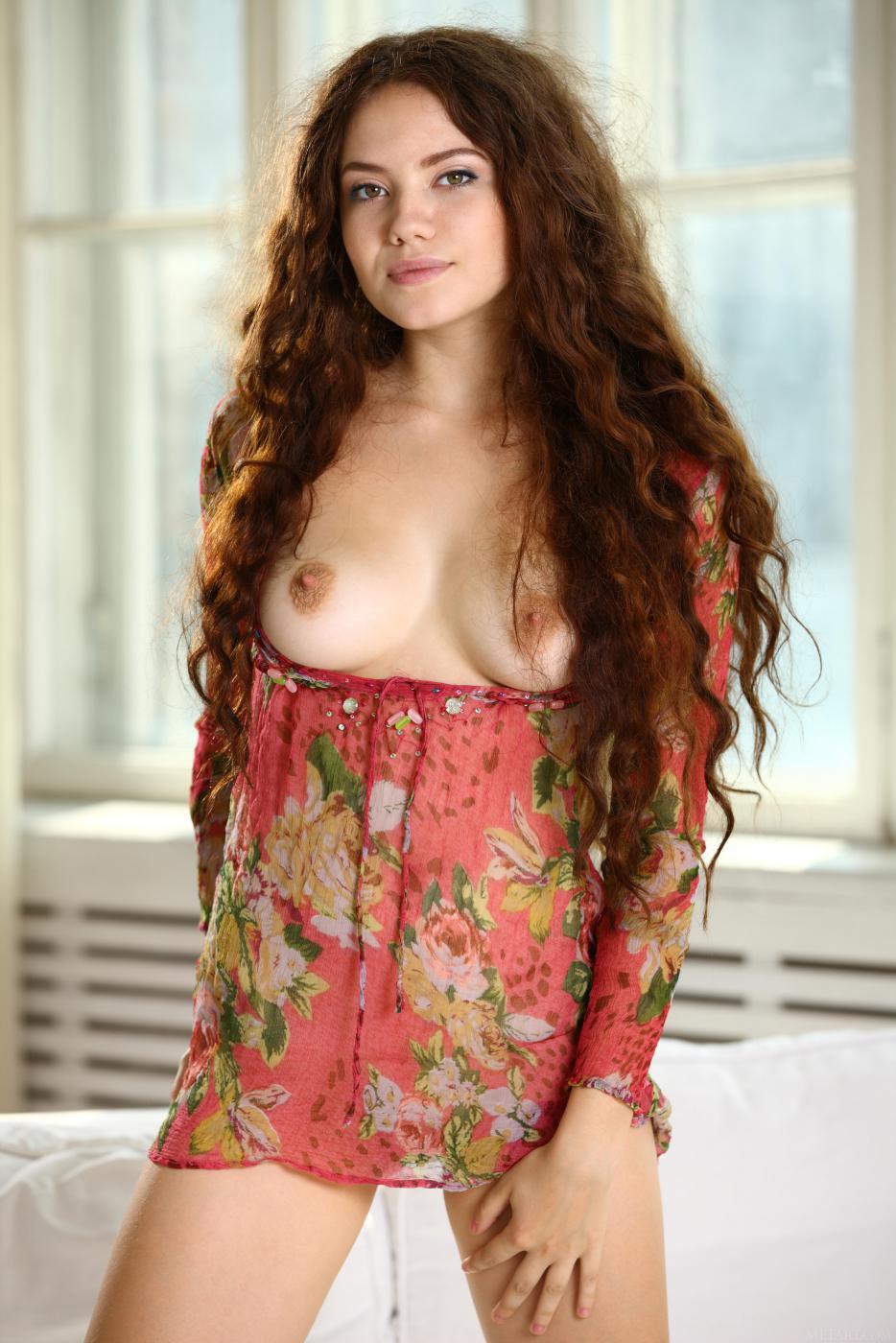 Натуральная брюнетка соблазнительница Norma Joel снимает свое платье и показывает свое классное тело
