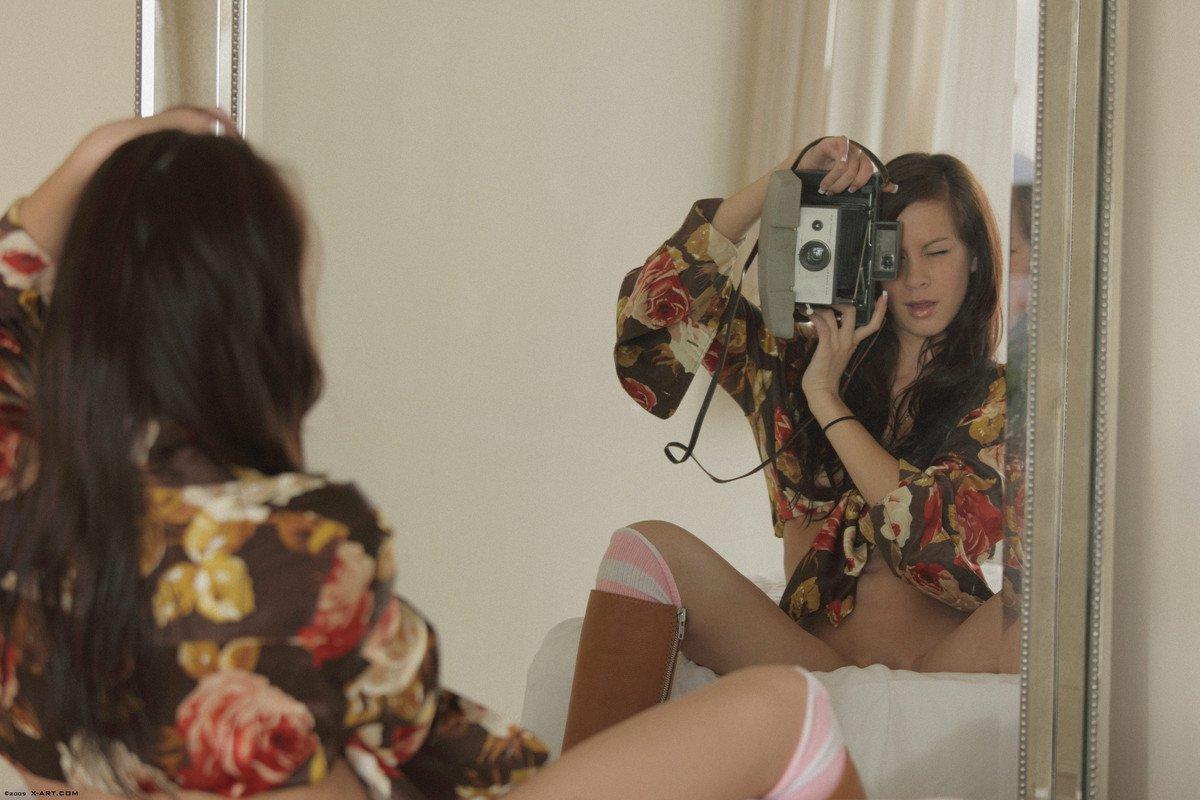 Обнаженная скромная брюнетка Talia Shepard трогает гладкую пизду и развлекается с ретро камерой