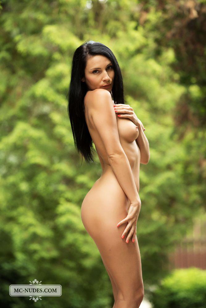 Очаровательная брюнетка Kat Mcnudes раздевается на природе и позирует, показывая прекрасное тело