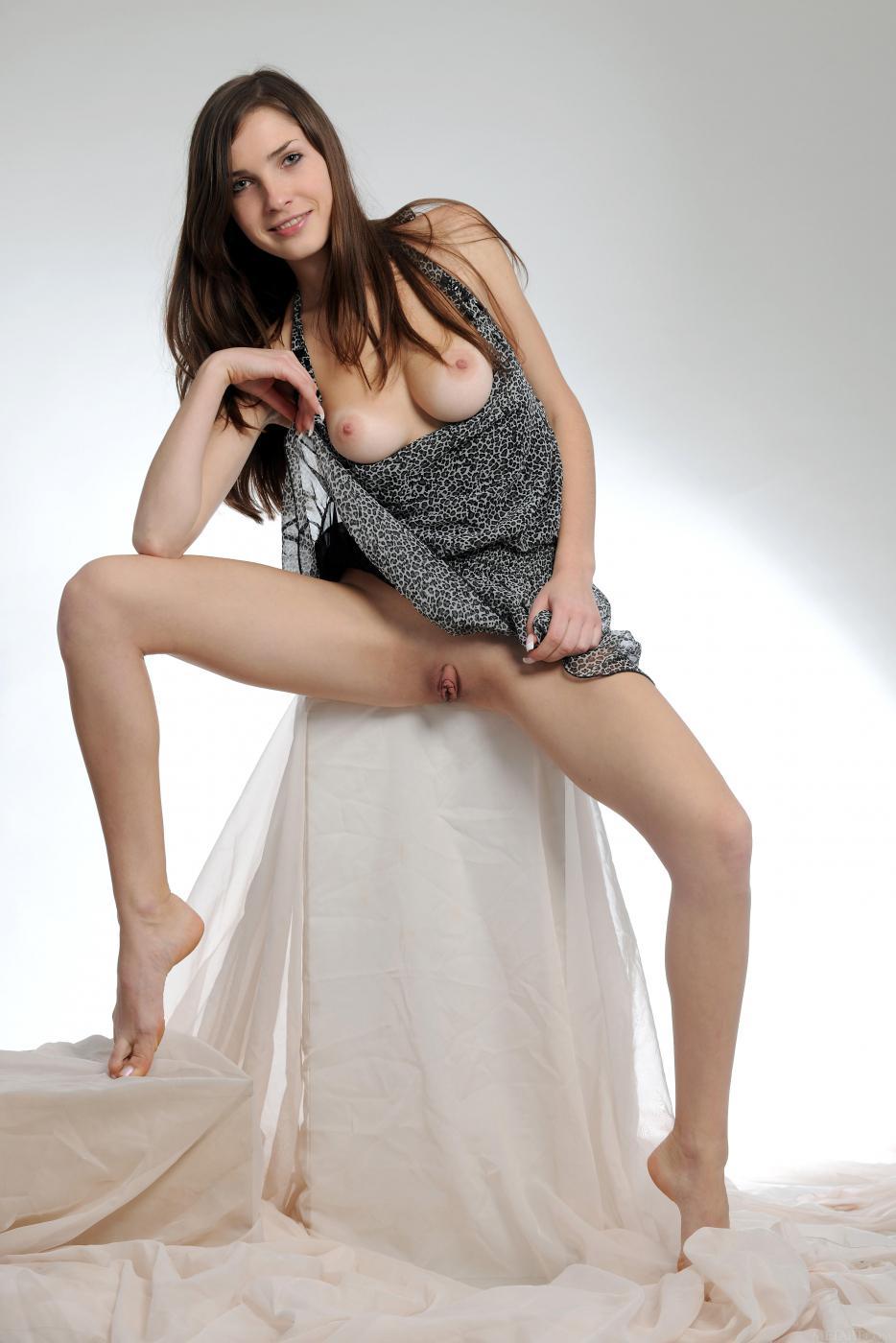 Ослепительная брюнетка Semmi A снимает свое платье и дразнит торчащими сосками и аккуратной киской