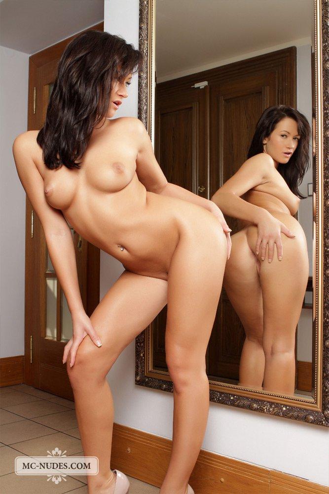 Похотливая брюнетка Tess Lyndon позирует перед зеркалом
