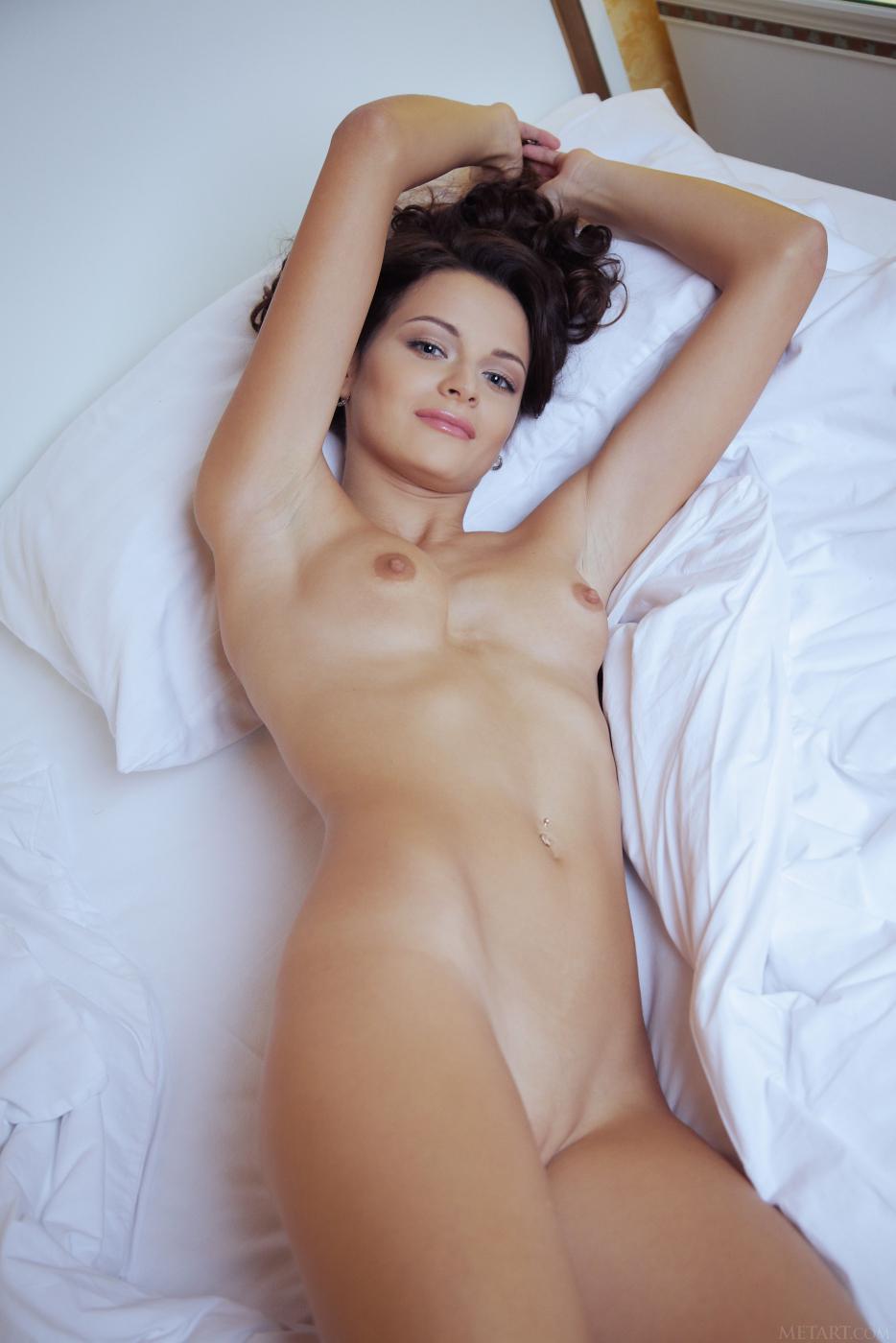 Прелестная брюнетка Ardelia A снимает свое красное просвечивающееся белье и позирует на кровати