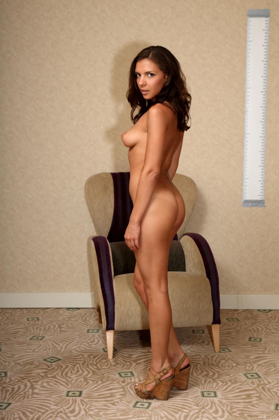 Пробы сексуальной брюнетки Alina Henessy, которая раздевается и показывает свои прелести