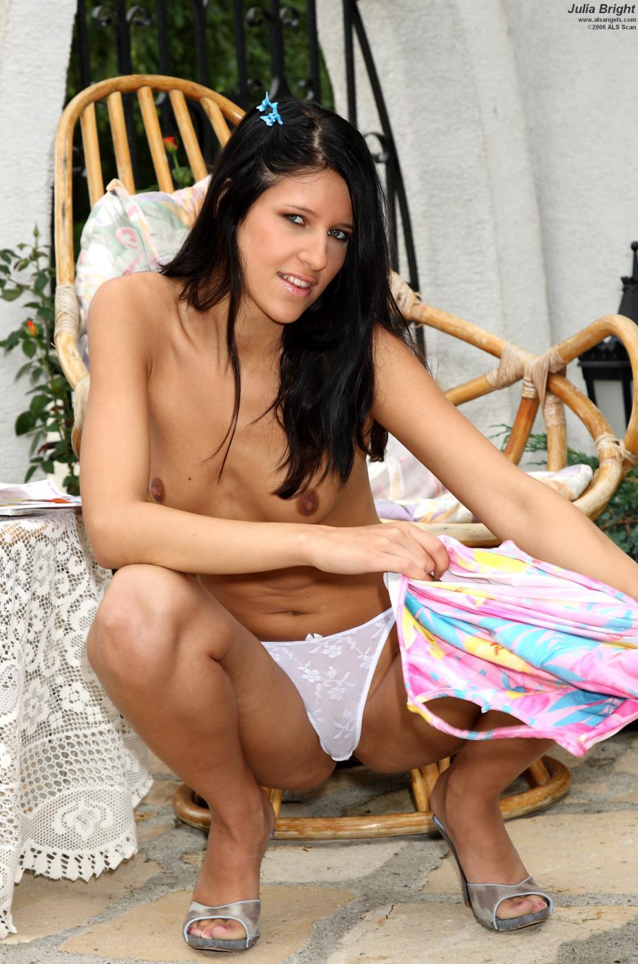 Пропащая брюнетка Yulia Bright спрятала трусики в киске и занимается фистингом
