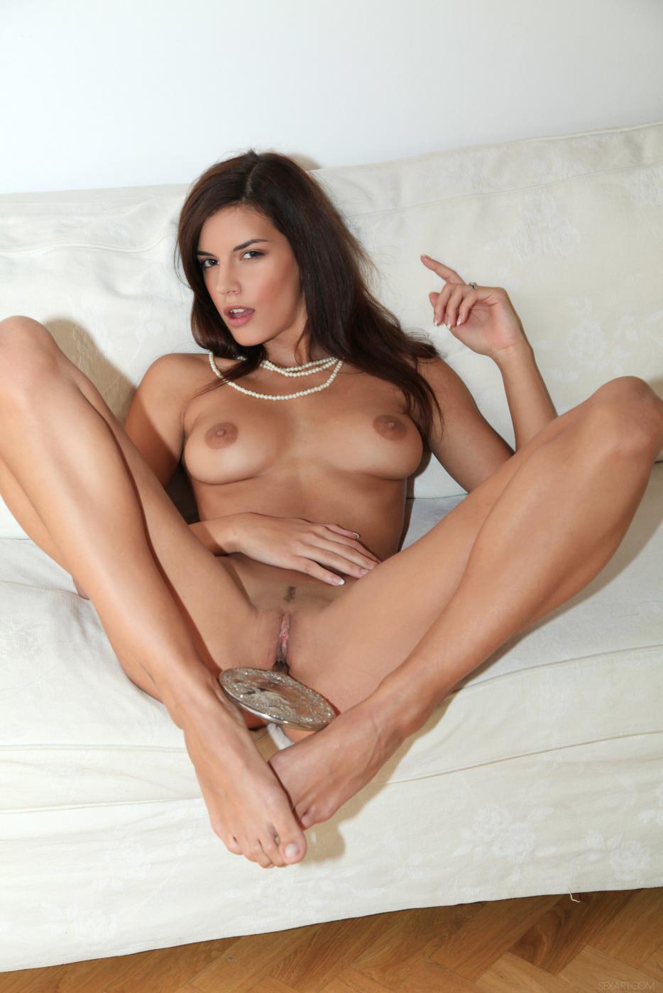 Роскошная брюнетка Candice Luca снимает сексуальное белье и трахает свою киску зеркалом