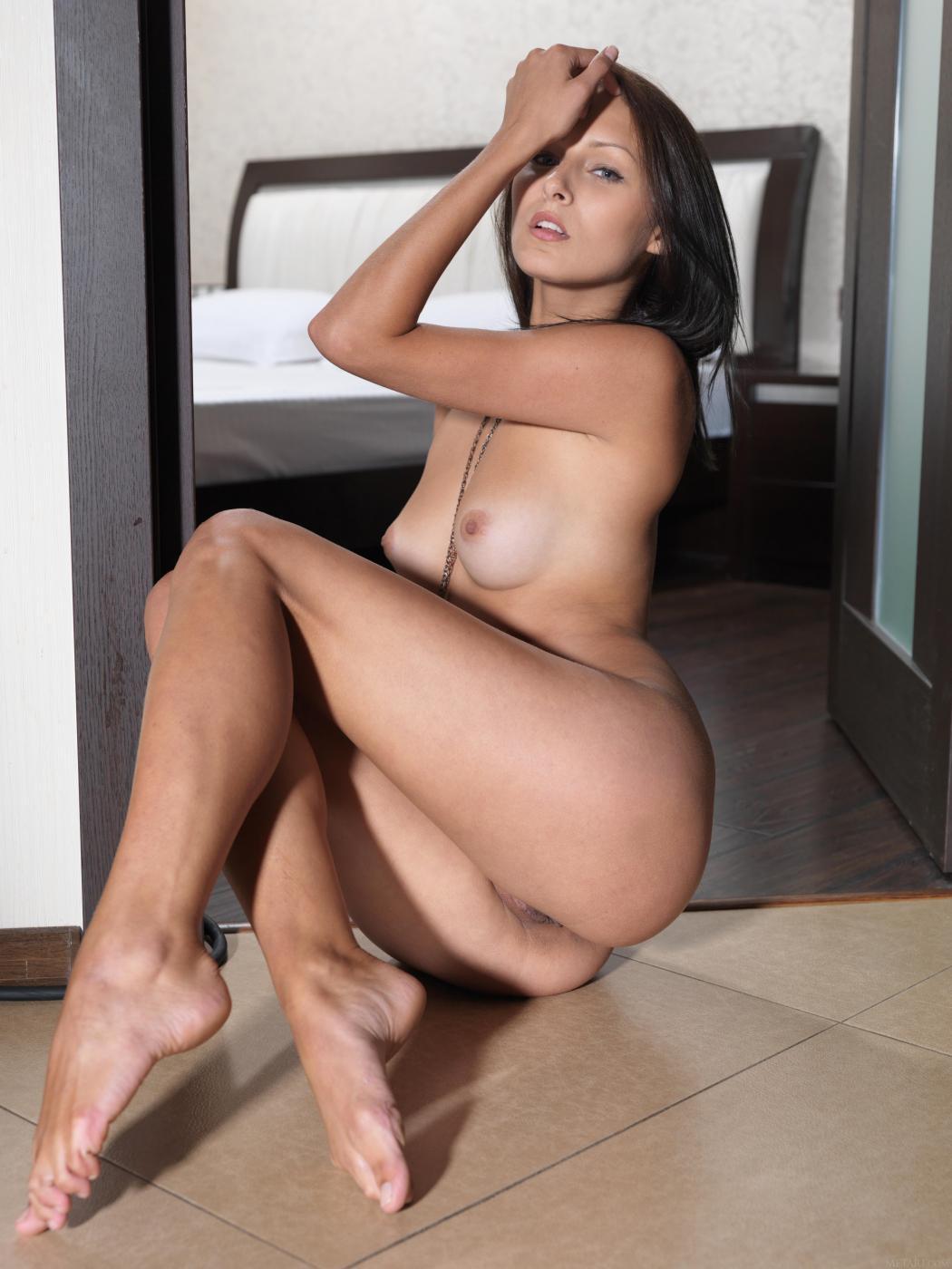 Сексуальная брюнетка-подросток Yarina A возбуждает горячей грудью и узкой бритой киской
